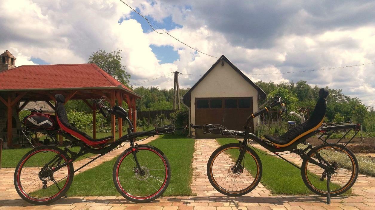 kiegészítőkkel ellátott fekvő kerékpárok