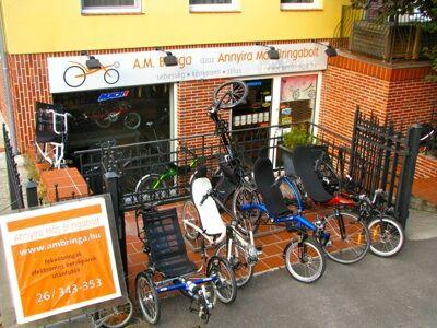 Fekvőkerékpárok az üzlet előtt