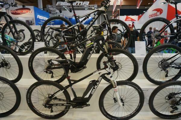 Bulls elektromos és sima kerékpárok kiállítása