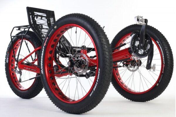 Fekvő bicikli merev vázzal és nagyméretű kerekekkel