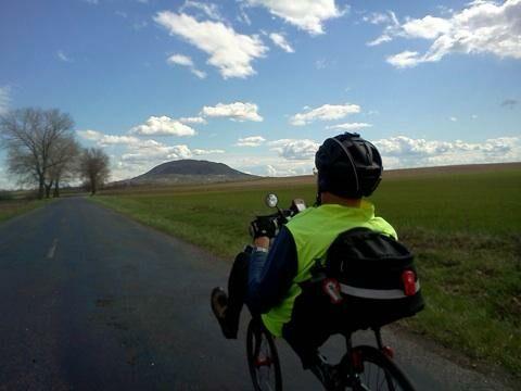 fekvőkerékpárral az országúton