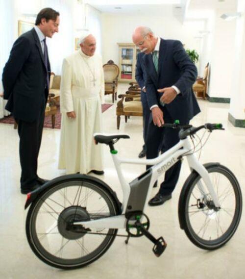 Ferenc pápa elektromos kerékpárral