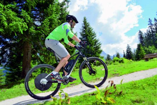 Elektromos rásegítésű kerékpárral emelkedőre is mosolyogva tekerhetünk fel!